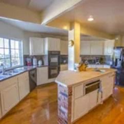 Farm Kitchen Sink Lowes Undermount 大农场有砖和木头桌面的样式厨房库存图片 图片包括有拱道 内部 装饰 大农场样式厨房在南加利福尼亚免版税库存图片