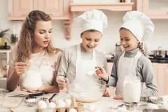 kitchen kid drapes 有孩子的母亲在厨房库存图片 图片包括有乐趣 母亲 家事 厨房 生活 有母亲的孩子在厨房里孩子加面粉 并且母亲加在碗