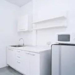 Kitchen Shelf Ideas Unfinished Island 水的厨房抽屉库存图片 图片包括有金属 投反对票 家庭 简单 现代 现代生存概念 白色干净的厨房室有与水水槽的固定家具