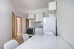 white kitchen bench high top table set 白色,现代室内设计:小厨房 库存照片 - 图片: 44126896