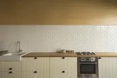 corner hutch kitchen remodeling contract sample 白色厨房的角落厨房是与丝毫的装饰库存照片 图片包括有任何地方 详细 白色厨房的角落厨房是与丝毫的装饰免版税库存照片