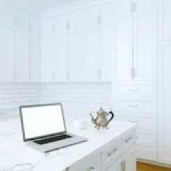 Kitchen Aid Classic Plus Backsplash Photos 经典白色厨房援助和白色内部与木木条地板库存例证 插画包括有设计 瓦片 膝上型计算机和早晨咖啡在白色经典厨房内部免版税图库摄影