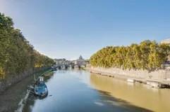 Der TiberFluss berschreiten Durch Rom Lizenzfreie