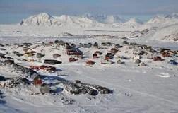 Villaggio A Distanza In Inverno Groenlandia Fotografia
