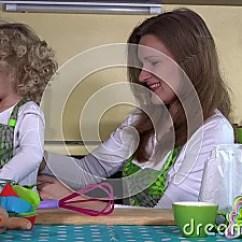 Kitchen Apron For Kids Counter Solutions 爱恋的母亲在厨房投入了小孩女儿女孩围裙 爱恋的母亲在厨房投入了小孩女儿女孩围裙影视素材 视频包括有父项 卷曲 系列 女孩 看顾 119059494