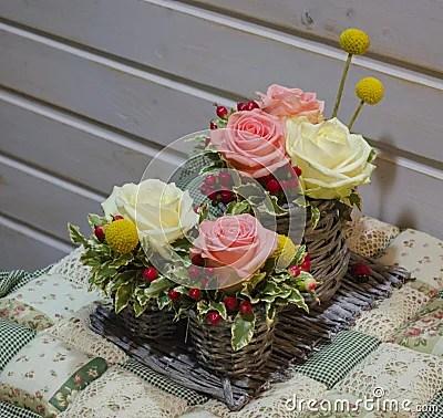 Blumengesteck Von Rosen Im Korb Stockfotos  Bild 37446103