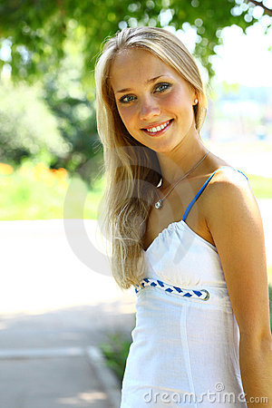 Junge Schne Blonde Frau Mit Dem Langen Haar Lizenzfreie Stockbilder  Bild 20465039
