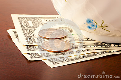 tips-us-dollars-restaurant-table