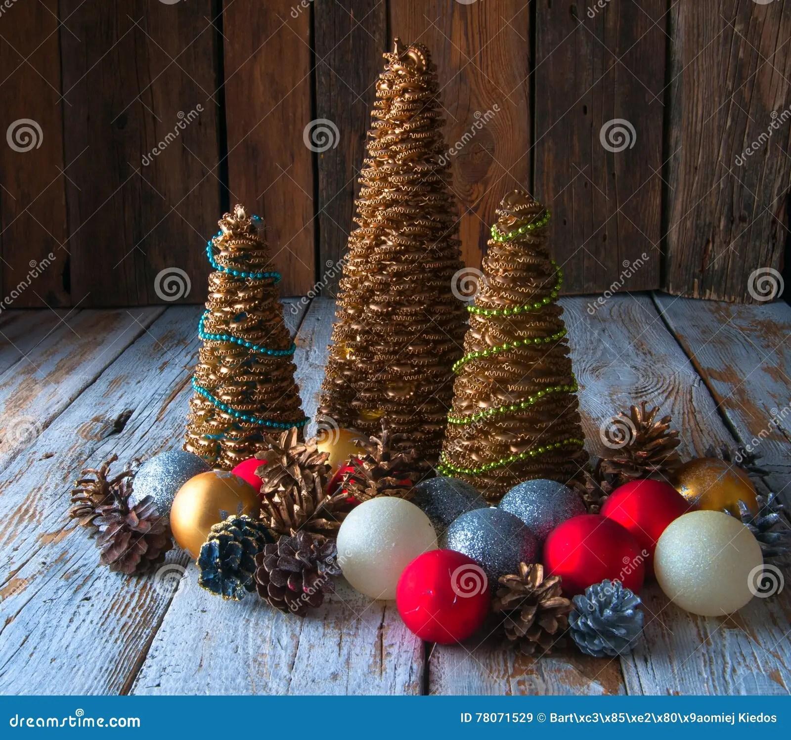 b3a92baff1a Árboles De Navidad Hechos A Mano Con Los Conos Y Las Decoraciones