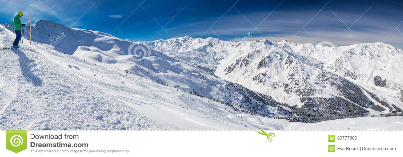 equipez apprecier la stupefaction avant le ski de freeride dans la station de sports d hiver celebre dans des alpes de tyrolian zillertal autriche