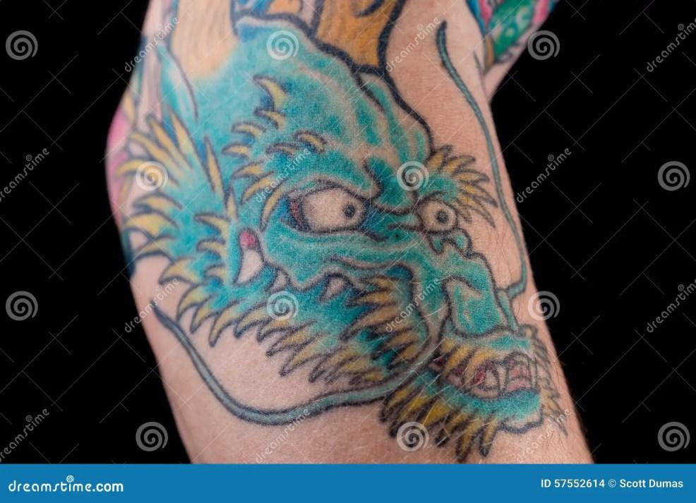 голубая татуировка дракона на руке стоковое фото изображение