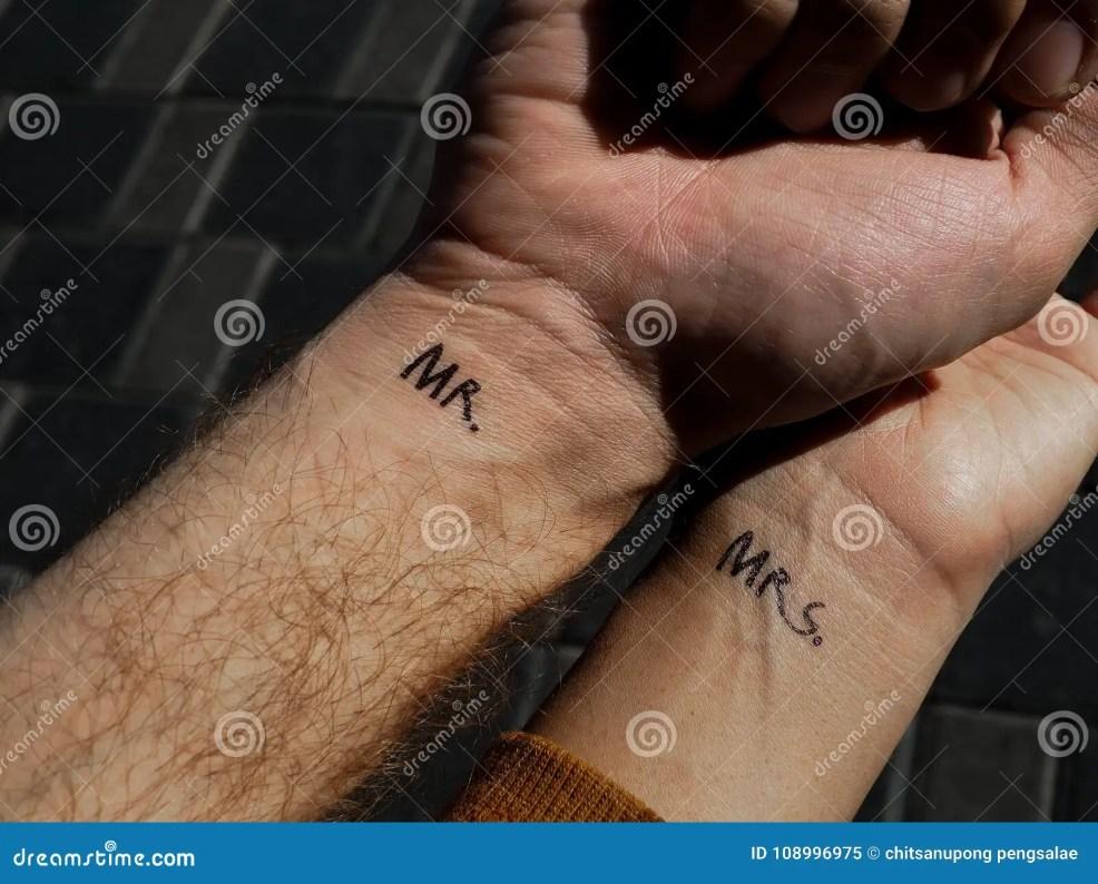 г н красоты пар руки встряхивания Mph влюбленность татуировки