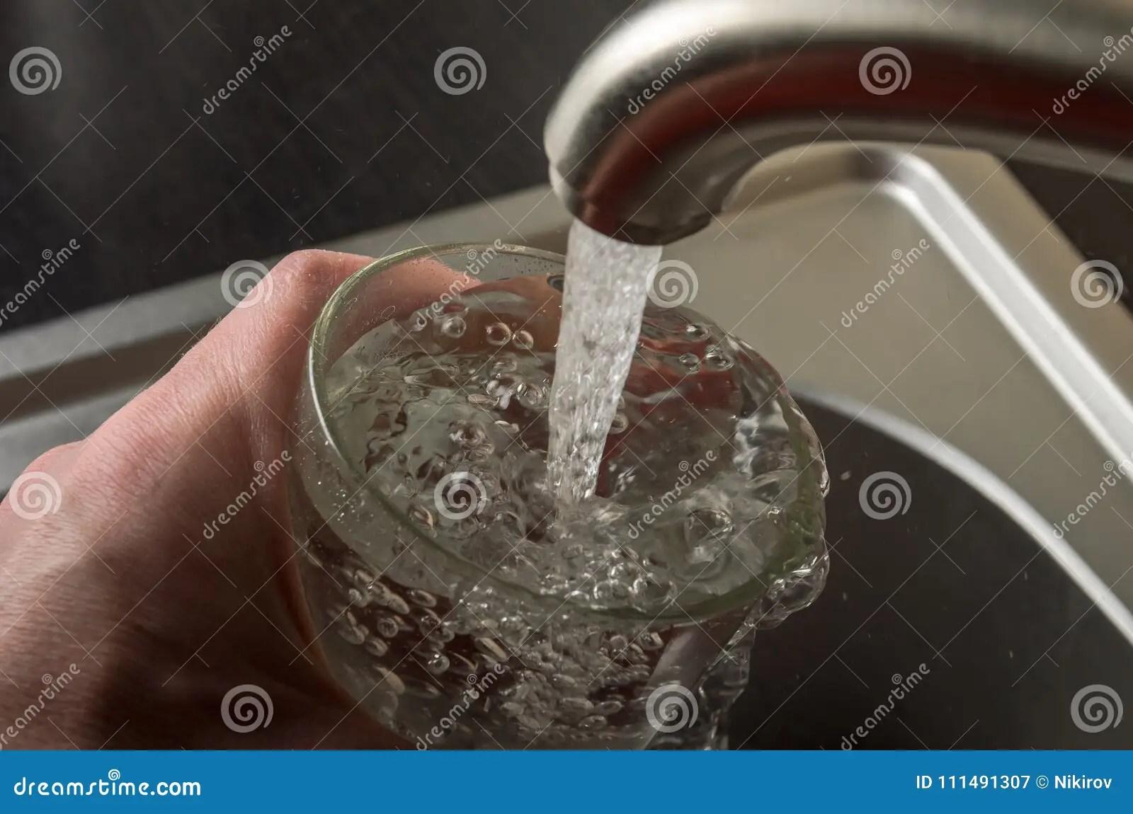 kitchen mixer cabinets for 一个人从厨房龙头下面采摘在玻璃的饮用水库存图片 图片包括有打赌的人 一个人从厨房龙头下面采摘在玻璃的饮用水