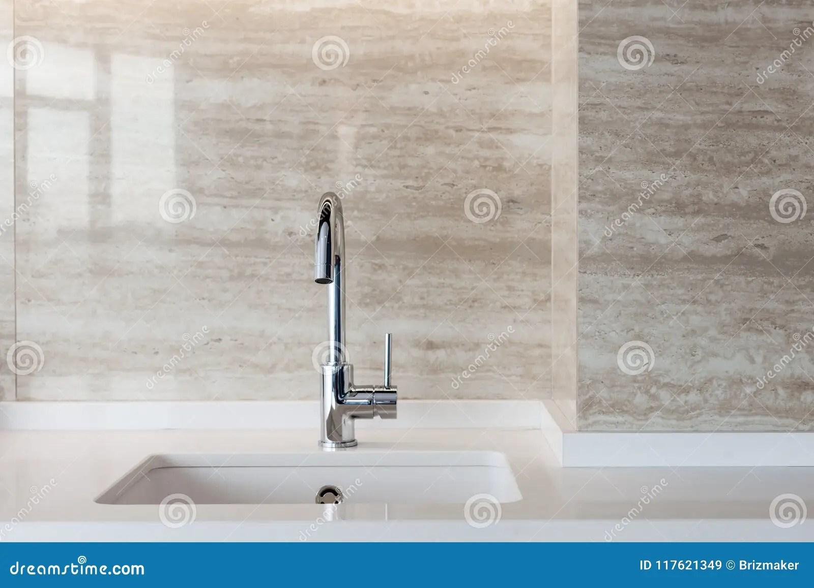 kitchen sink white pendant lighting island 一个白色长方形设计师厨房水槽的细节与镀铬物水龙头的对铺磁砖的墙壁库存 一个白色长方形设计师厨房水槽的细节与镀铬物水龙头的对铺