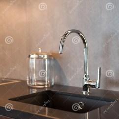Gray Kitchen Sink Remodeling Open Living Room 一个长方形设计师厨房水槽的细节与镀铬物水龙头的对灰色织地不很细墙壁 一个长方形设计师厨房水槽的细节与镀铬物水龙头的对灰色织