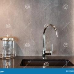 Gray Kitchen Sink Garbage Cans Walmart 一个长方形设计师厨房水槽的细节与镀铬物水龙头的对灰色织地不很细墙壁 一个长方形设计师厨房水槽的细节与镀铬物水龙头的对灰色织