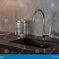 Gray Kitchen Sink Wine Rack Cabinet 一个长方形设计师厨房水槽的细节与镀铬物水龙头的对灰色织地不很细墙壁 一个长方形设计师厨房水槽的细节与镀铬物水龙头的对灰色织