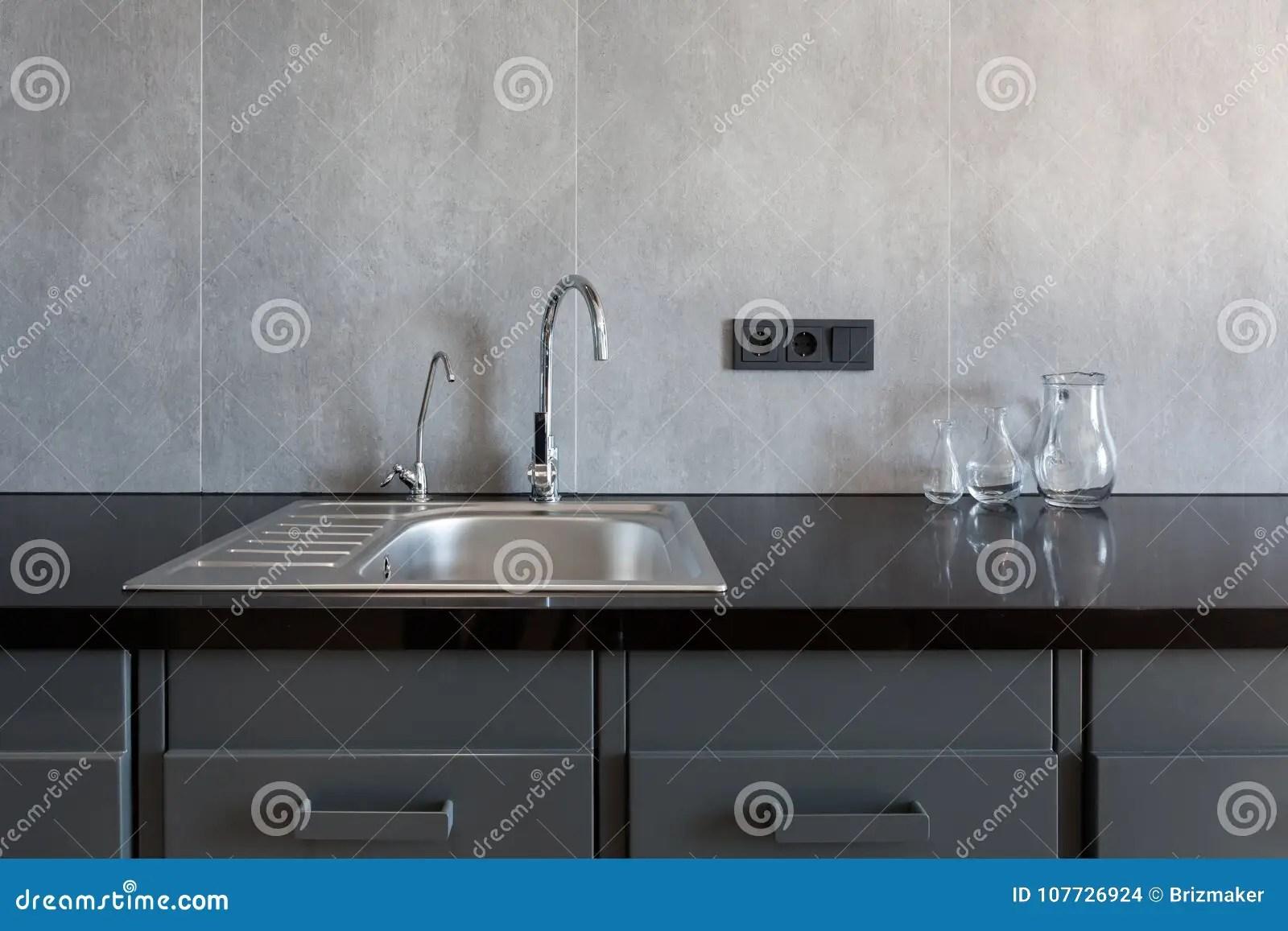 deep kitchen sink farmhouse cabinet hardware 一个长方形设计师厨房水槽的细节与镀铬物水龙头的库存照片 图片包括有 一个长方形设计师厨房水槽的细节与镀铬物水龙头的