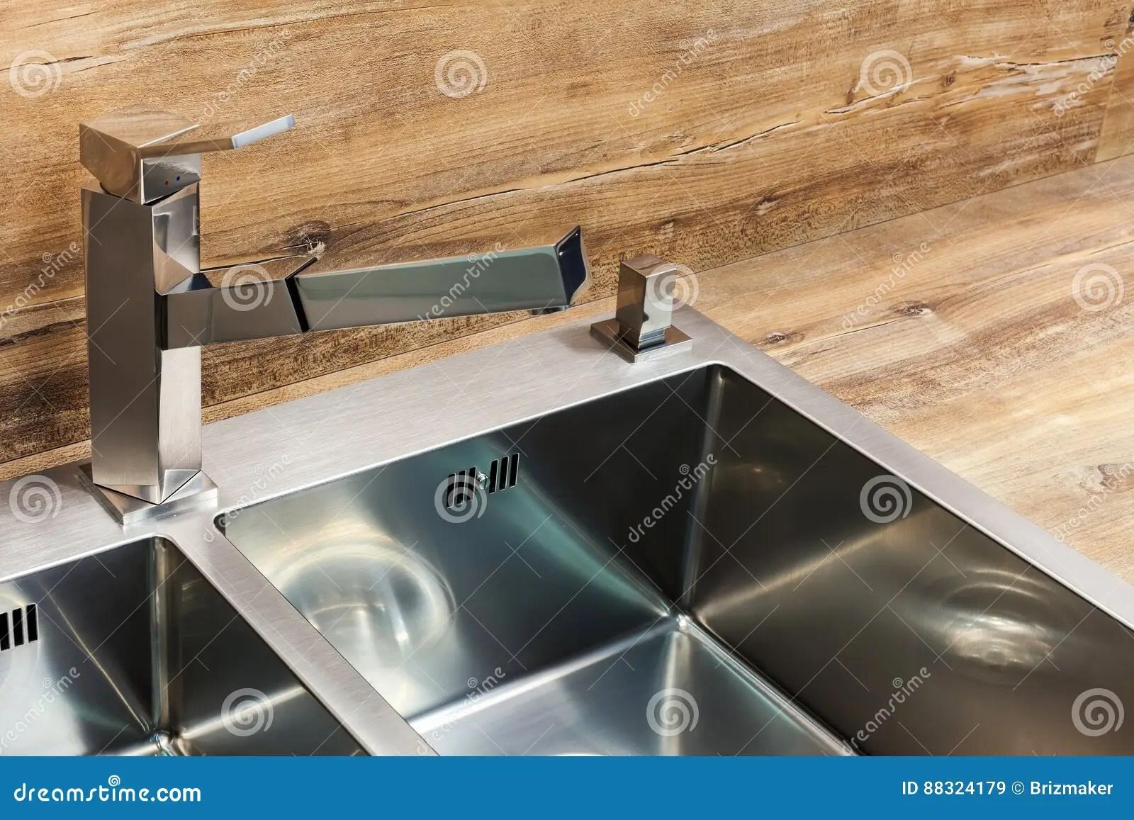 24 kitchen sink shoes for work in the 一个长方形设计师厨房水槽的细节与镀铬物水龙头的库存图片 图片包括有 一个长方形设计师厨房水槽的细节与镀铬物水龙头的