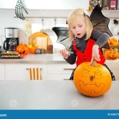 Kitchen Lanterns Prefab Outdoor 万圣夜打扮了创造南瓜杰克o灯笼的女孩库存图片 图片包括有服装 准备 棒服装的感兴趣的白肤金发的女孩使用雕刻的钢板蜡纸在万圣夜党的大橙色南瓜杰克o灯笼在装饰的厨房里传统秋天假日