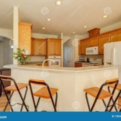 Kitchen Counter Stools How Much Is Cabinet Installation 与凳子的白色酒吧柜台木厨房内部库存照片 图片包括有火炉 硬木 任何 与凳子的白色酒吧柜台木厨房内部