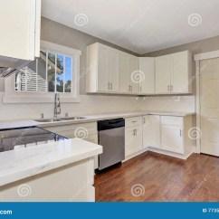 Marble Kitchen Floor Brown Sink 与大理石桌面和硬木地板的白色厨房室内部库存照片 图片包括有硬木 墙壁 与大理石桌面和硬木地板的白色厨房室内部