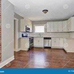 Marble Kitchen Floor Country Chair Cushions 与大理石桌面和硬木地板的白色厨房室内部库存照片 图片包括有干净 凳子 与大理石桌面和硬木地板的白色厨房室内部