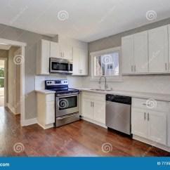 Marble Kitchen Floor Sink Drop In 与大理石桌面和硬木地板的白色厨房室内部库存照片 图片包括有照亮 设计 与大理石桌面和硬木地板的白色厨房室内部