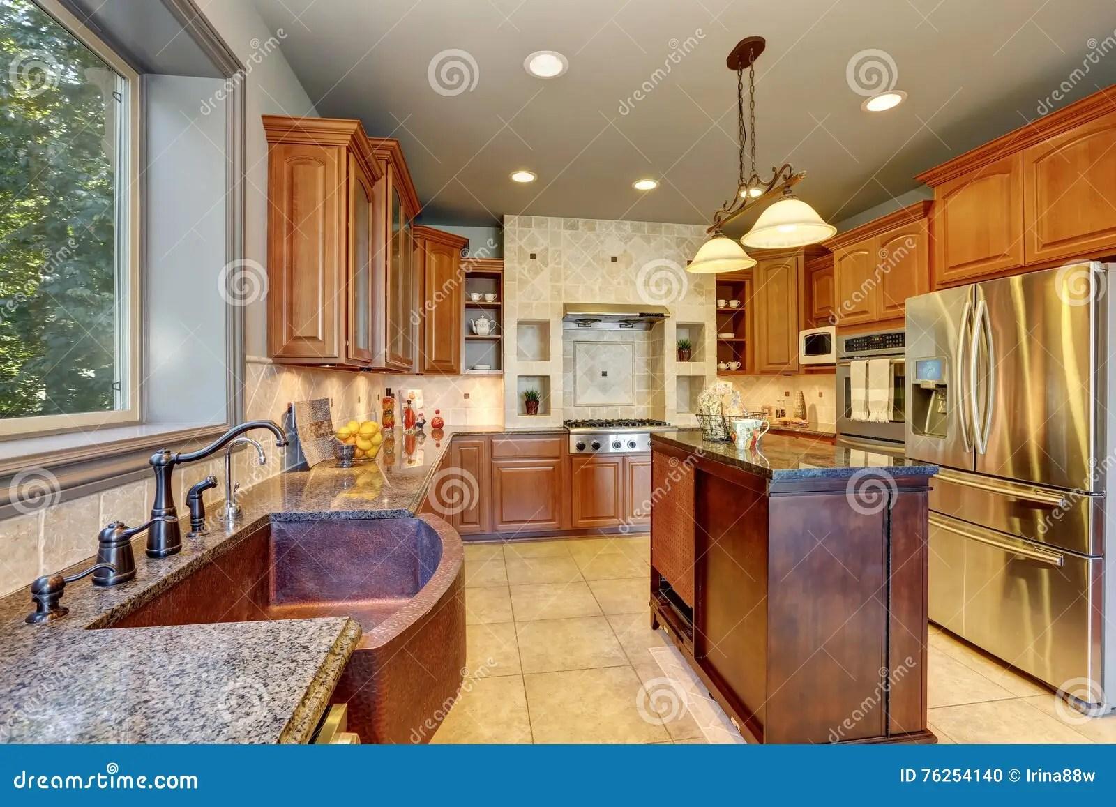 in stock kitchens kitchen cart with stainless steel top 与大钢冰箱和厨房的巨大厨房内部库存照片 图片包括有平面 内部 装备 与大钢冰箱和厨房的巨大厨房内部