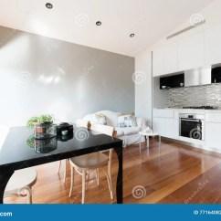 Small Kitchen Table Set Gray Cabinets 与小厨房餐桌和沙发的开放学制小公寓库存照片 图片包括有居住 墨尔本 与小厨房 餐桌和沙发的开放学制小公寓