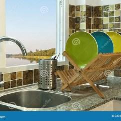 Kitchen Sink Rack Trash Bin 与木盘碟架的厨房水槽库存图片 图片包括有机架 房子 干净 金属 碗筷 与木盘碟架的厨房水槽