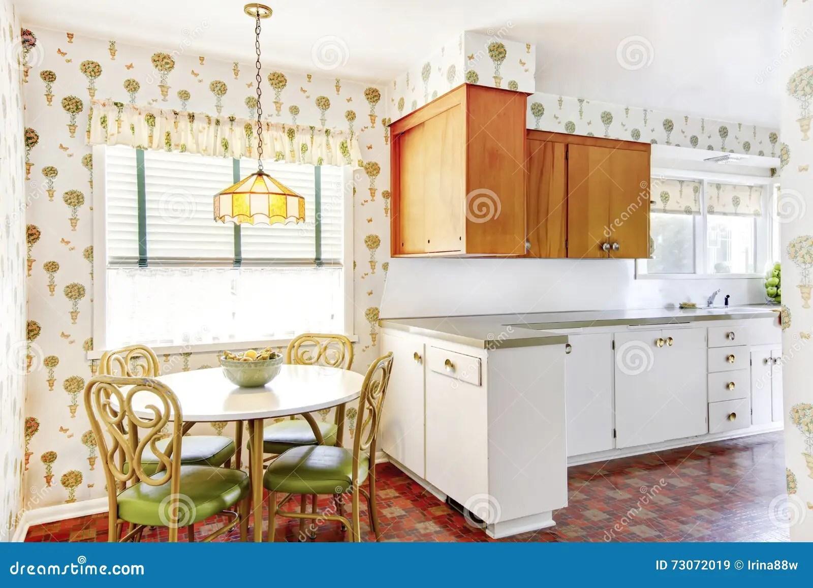 kitchen desk chair multi pendant lighting 与桌椅子集合的饭厅连接用厨房室库存图片 图片包括有庄园 绿色 最高 与桌椅子设置了和墙纸的饭厅和厨房室有关