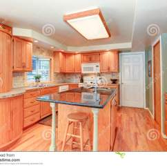 Kitchen Updates Stone Flooring 与橡木细木家具的明亮的厨房内部库存图片 图片包括有家具 西北 干净 与橡木细木家具的明亮的厨房内部