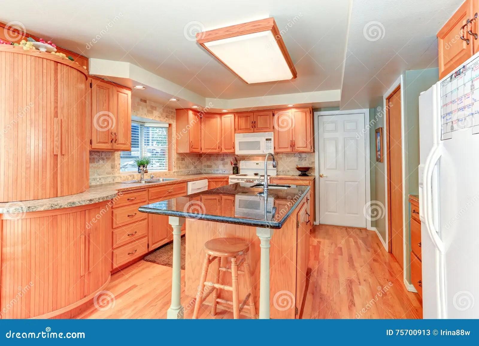 kitchen updates outdoor kitchens ideas 与橡木细木家具的明亮的厨房内部库存图片 图片包括有家具 西北 干净 与橡木细木家具的明亮的厨房内部