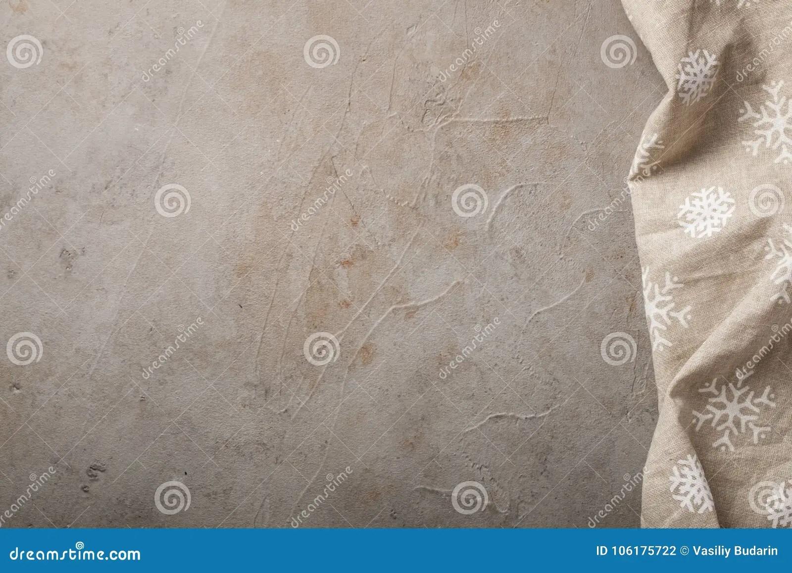 kitchen stone barn wood table 与毛巾的厨房石桌与拷贝空间的顶视图与有一点铁锈的具体米黄背景库存照片 与毛巾的厨房石桌与拷贝空间的顶视图与有一点铁锈