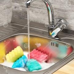 Blue Kitchen Sink Granite Countertop 与泡沫 连续自来水和清洁海绵的厨房水槽库存图片 图片包括有粉红色 蓝 充分关闭厨房水槽与连续自来水 蓝色 桃红色 黄色和绿色清洁海绵的泡沫