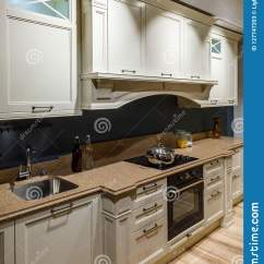 Kitchen Updates Outdoor Accessories Sale 与火炉柜台的被更新的厨房内部库存图片 图片包括有更新 平面 户内 与火炉柜台的被更新的厨房内部