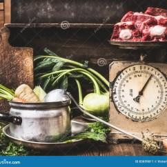 Kitchen Prep Table Ge 与烹调罐的厨房用桌 杓子 菜和老汤的称重者用生肉 准备 汤或者炖煮的 汤或者炖煮的食物 正面图乡村模式
