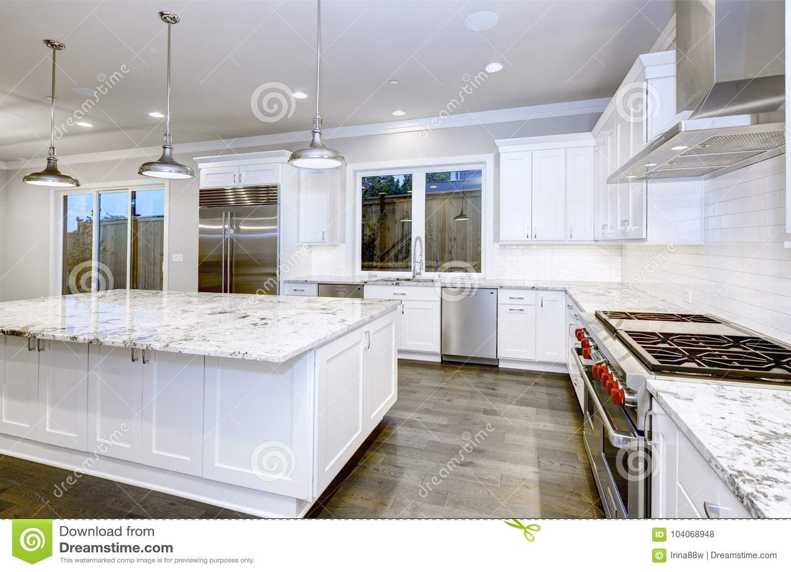 white kitchen cabinets kohler faucet repair 与白色厨柜的大 宽敞厨房设计库存照片 图片包括有顶层 凳子 最高限额 宽敞厨房设计