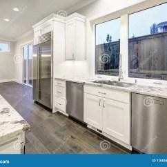 Renew Kitchen Cabinets Paula Deen Table 与白色厨柜的大 宽敞厨房设计库存图片 图片包括有平面 火炉 空白 宽敞厨房设计