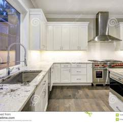 White Kitchen Cabinets Hinges Replacement 与白色厨柜的大 宽敞厨房设计库存图片 图片包括有平面 不锈 顶层 宽敞厨房设计