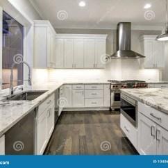 White Kitchen Cabinets Ceramic Countertops 与白色厨柜的大 宽敞厨房设计库存照片 图片包括有任何地方 平面 空白 宽敞厨房设计