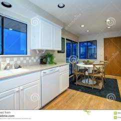 White Kitchen Floor Single Bowl Sink 与硬木地板的白色厨房设计和白色装置库存图片 图片包括有拱道 顶层 与硬木地板和白色厨房器具的白色厨房和饭厅设计西北 美国