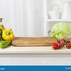 Kitchen Prep Table Anti Fatigue Mat 与菜和切板的厨房用桌准备的沙拉库存图片 图片包括有营养 黄瓜 圆白菜 与菜和切板的厨房用桌准备的沙拉