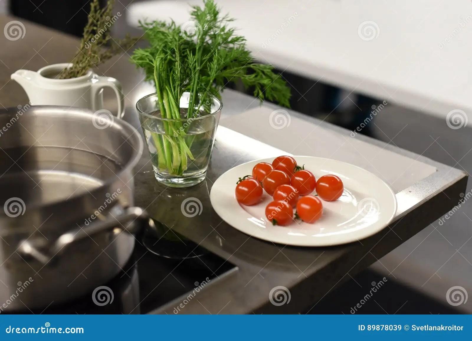kitchen prep table large pantry 与菜的金属厨房用桌表面为烹调和金属平底深锅做准备库存图片 图片包括有 金属厨房用桌表面的照片与菜的为烹调和金属平底深锅做准备