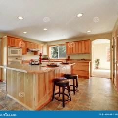 Kitchen Fixtures Utah Remodel 与蜂蜜内阁和固定装置的厨房内部库存照片 图片包括有照亮 平面 拱道 与蜂蜜内阁 固定装置和大厨房的厨房内部西北 美国