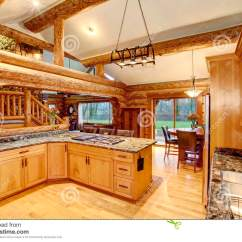 Cabin Kitchen Decor Outdoor Kits For Sale 与蜂蜜颜色内阁的原木小屋厨房室内设计库存图片 图片包括有组合 海岛 与大蜂蜜颜色存贮组合和石头桌面的原木小屋厨房室内设计楼梯看法西北 美国