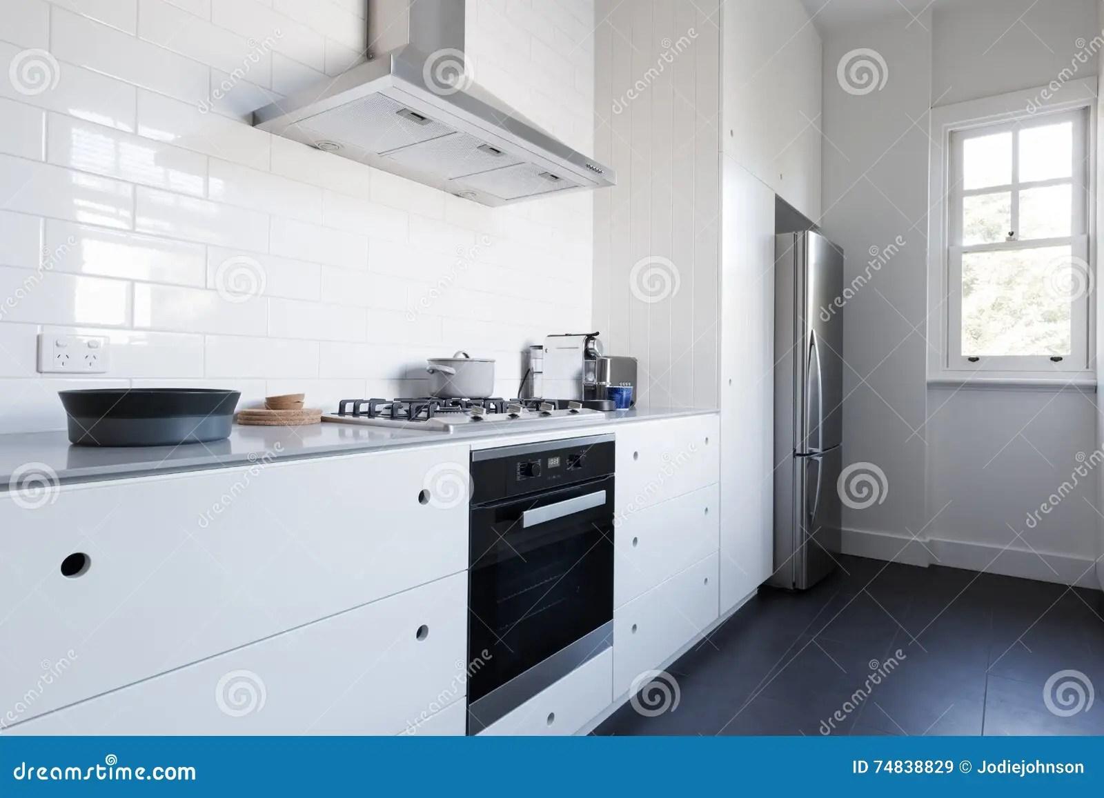 in stock kitchens used kitchen cabinets for sale 与装置的单色干净的白色厨房benchtop 库存图片 图片包括有内部 现代