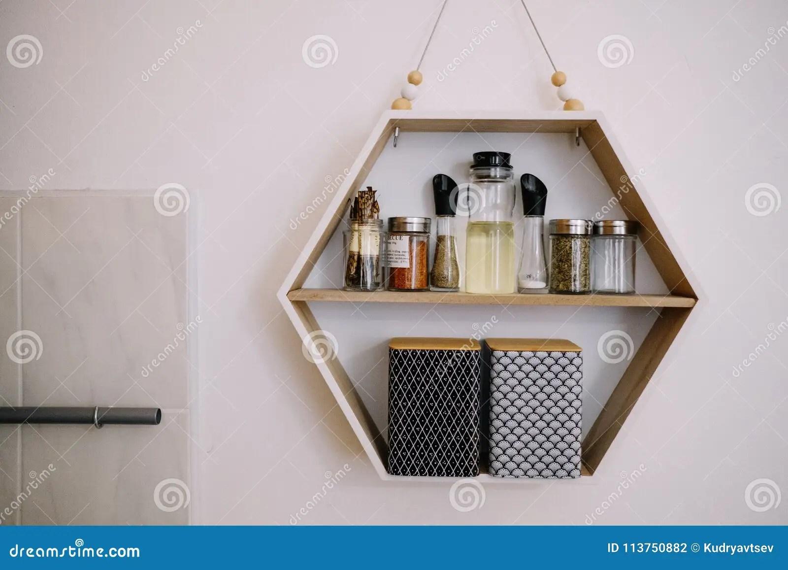 kitchen shelf decor counter top table sets 与香料瓶子的厨房架子库存照片 图片包括有瓶子 装饰 玻璃 器物 与香料瓶子的厨房架子