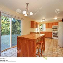 Backyard Kitchen Designs Vinyl Flooring 与高凳和玻璃门的饭厅对后院库存图片 图片包括有厨房 灌肠器 拱道 与高凳和玻璃门的饭厅对后院